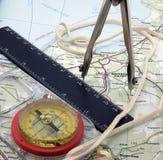 Kompass mit Hilfsmitteln auf der Karte Stockfotos