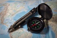 Kompass mit Karte, Navigationsausrüstung Lizenzfreie Stockfotos