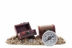 Kompass mit Schatztruhe auf dem Boden, weißer Hintergrund Stockbild
