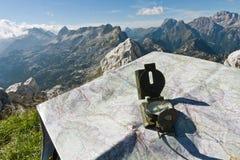 Kompass och översikt på ett berg Arkivbild