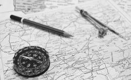 Kompass och blyertspenna på översikten Arkivbilder