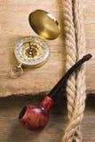 Kompass och ett rør med ett rep Fotografering för Bildbyråer