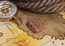 Kompass och rep på översikt Arkivbild