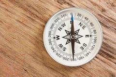 Kompass på bakgrunden av träplankorna Arkivfoto