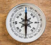Kompass på bakgrunden av träplankorna Royaltyfria Foton