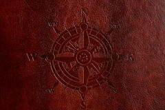 Kompass på brunt läder royaltyfria bilder