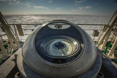Kompass på däcket av en rysk militär isbrytare Expedition i arktisken Royaltyfri Fotografi