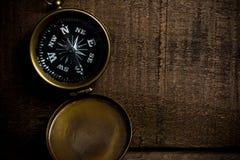 Kompass på den åldriga wood tabellen royaltyfria foton