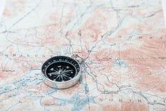Kompass på en kartlägga Royaltyfri Fotografi