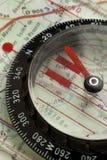 Kompass på en kartlägga Arkivbilder