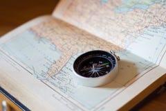 Kompass på en världskarta Arkivfoto