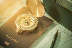 Kompass på ett USA-pass och översikt med den suddiga gamla kameran Royaltyfri Foto
