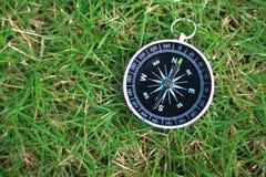 kompass på gräs Arkivbilder