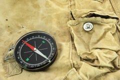 Kompass på kamouflagepåsen Arkivfoto