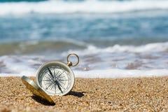 Kompass på stranden arkivfoto