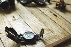Kompass på träbakgrund Arkivfoto