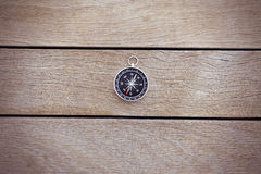 Kompass på trät Arkivfoto