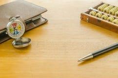 Kompass und brauner lederner Organisator mit Abakus Stockbild