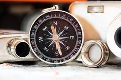 Kompass und eine Kamera auf der Karte Lizenzfreies Stockbild