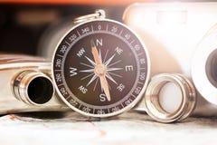 Kompass und eine Kamera auf der Karte Stockfotografie