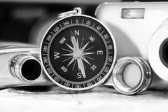 Kompass und eine Kamera auf der Karte Stockfoto