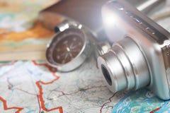 Kompass und eine Kamera auf der Karte Lizenzfreie Stockfotografie