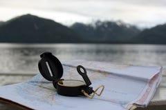 Kompass und Karte Lizenzfreie Stockbilder
