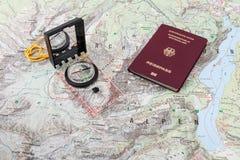 Kompass und Pass auf einer wandernden Karte Stockfotos