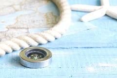 Kompass und Seil auf blauen Brettern Lizenzfreies Stockbild