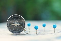 Kompass und Stift zeigen Markierung mit Weinlesekartenhintergrund stockfoto