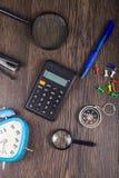 Kompass, Wecker, Vergrößerungsglas und Taschenrechner Lizenzfreie Stockbilder