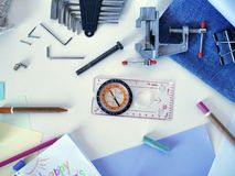 Kompass, Werkzeuge, Notizblock mit einem Glückwunsch zum Vater, Farbe zeichnet an Stockfotos