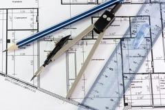 Kompassen en een potlood in termen van ruimte stock foto's