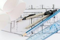 Kompassen en een potlood in termen van ruimte stock afbeeldingen