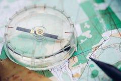 Kompasset är på översikten Royaltyfri Fotografi