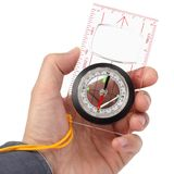Kompasset i hand indikerar riktningen Royaltyfri Fotografi