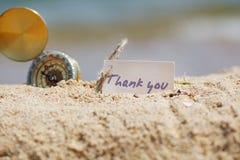Kompasset i sanden med meddelandet - tacka dig royaltyfria bilder