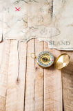 Kompasset på den wood tabellen med fejkar den abstrakta skattöversikten Royaltyfri Bild