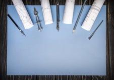 Kompassse, Machthaber von der Zeichnung und ein Bleistift auf einem blauen Hintergrund stockfotografie