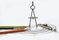Kompassse und Bleistifte auf der Zeichnung Stockbilder