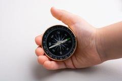 Kompasswerkzeug in der Hand auf Weiß lizenzfreie stockfotos