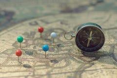 Kompasu i szpilki punktu ocechowanie z rocznikiem kartografuje tło obraz royalty free