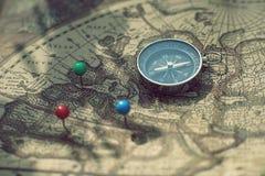 Kompasu i szpilki punktu ocechowanie z rocznikiem kartografuje tło fotografia royalty free