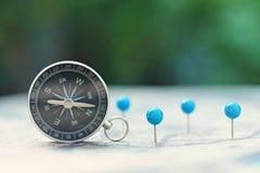 Kompasu i szpilki punktu ocechowanie z rocznikiem kartografuje tło zdjęcie stock
