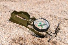 Kompasu pokazywać kierunki na dennym piasku zdjęcia royalty free