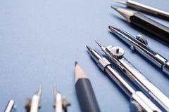 Kompasy i ołówki na bławym tle zdjęcie royalty free