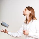 Kompetent bartender som jonglerar med exponeringsglas Arkivbilder