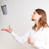 Kompetent bartender som jonglerar med exponeringsglas Arkivfoto
