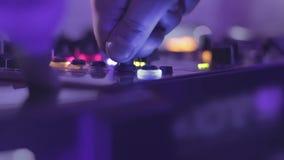 Kompetent discjockey som står på den blandande konsolen och de vändande knapparna Hobby nöje arkivfilmer