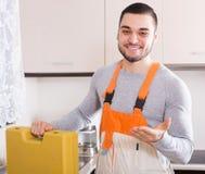 Kompetent hantverkare med toolboxen Royaltyfria Bilder